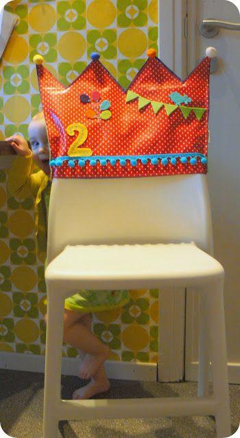 """Vorige week hadden we hier twee jarigen. Als alternatief voor de """"gewone"""" kroon, maakte ik deze stoelkroon .      Ik maakte er ook nog eent..."""
