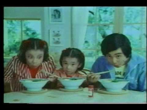 1975年、ハウス食品インスタントラーメン「私作る人、僕食べる人」CM。これが性別役割分業を強固にする役割を果たしているとして抗議をしたのが「国際婦人年をきっかけとして行動を起こす女たちの会」(後の「行動する女たちの会」)です。