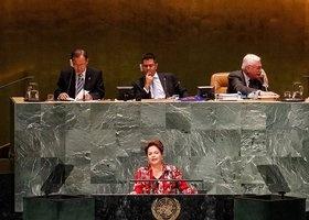 """67ª Assembléia Geral da Organização das Nações Unidas - ONU (25 de Setembro de 2012)    Dilma critica na assembleia da ONU políticas dos países ricos contra crise.     Segundo ela, a crise econômica internacional de 2008 """"ganhou novos e inquietantes contornos""""."""
