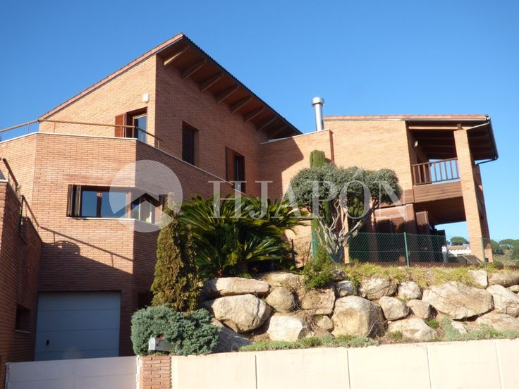 Exclusive luxury house with a piece of land of 700m2 and a built area of 400m2 for sale in the prestigious Sant Berger residential complex, in Teià.