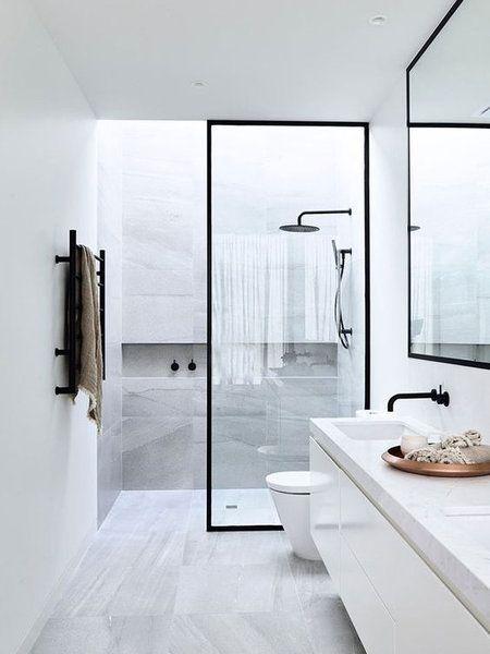 Baño en blanco y negro moderno y de diseño