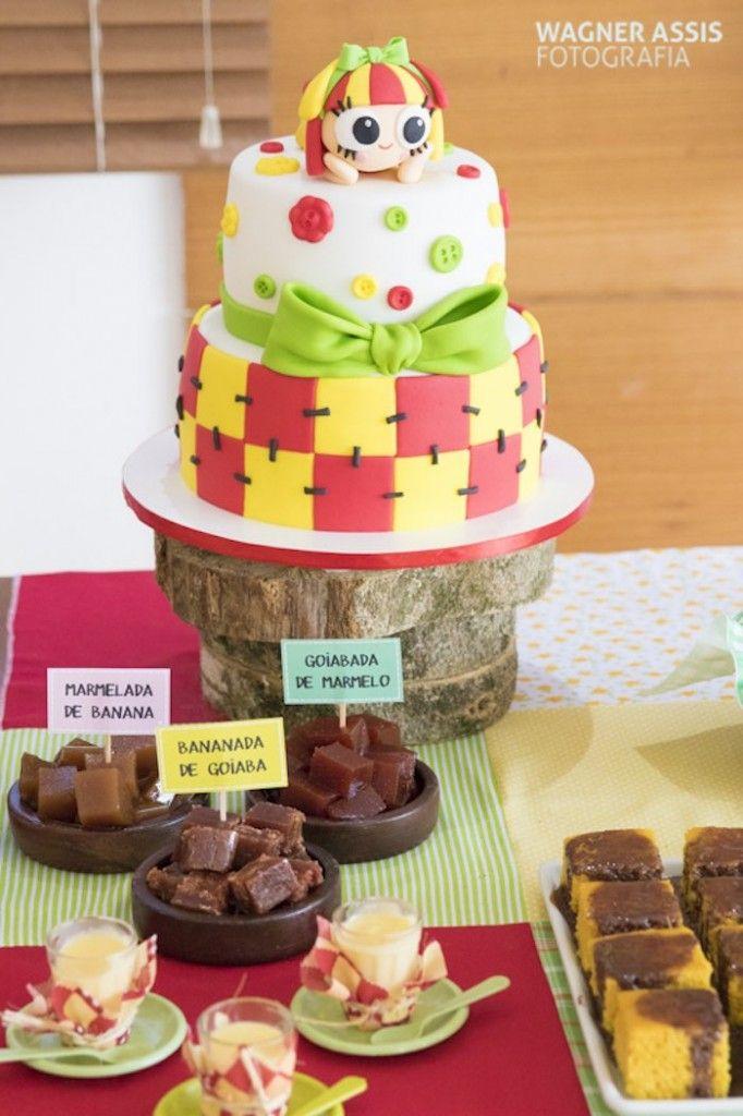 O tema dessa festa infantil foi o sitio do pica pau amarelo, com direito a marmeladas e Emília na decoração do bolo.