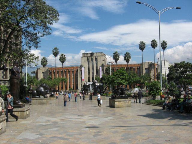 PLAZA BOTERO  Y MUSEO DE ANTIOQUIA. Ubicada el centro de la cultura de Medellín este bello parque ofrece a los visitantes varias esculturas donadas por el maestro Fernando Botero.  Posee un área de 7.500 mts2 y fue inaugurada en el año 2001. Son 23 esculturas al aire libre rodeadas de palmeras y fuentes. Se convierte en uno de los lugares mas visitados de Medellín.