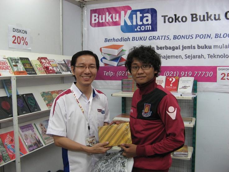 CEO bukukita.com berfoto bersama member yang menjadi salah satu pemenang kuis #PestaBukuJakarta