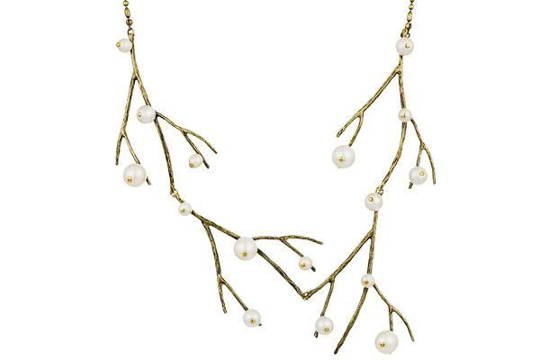 La nature est au cœur des préoccupations de Stefano Poletti et il nous le prouve une fois de plus avec ce collier de la collection Gui et ses superbes perles de verre nacrées…