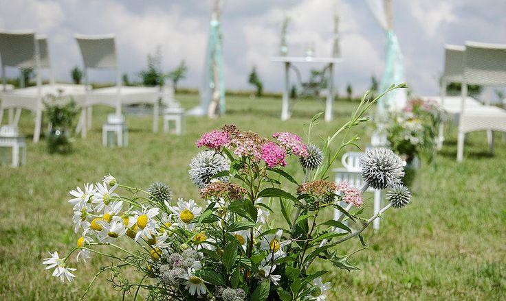 Barevná, uvolněná svatba s lučním kvítím u rybníka. Všetice.