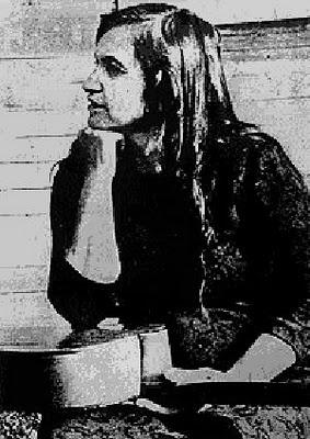 """Violeta Parra    """"Se ha formado un casamiento  todo cubierto de negro,  negros novios y padrinos  negros cuñados y suegros,  y el cura que los casó  era de los mismos negros."""""""