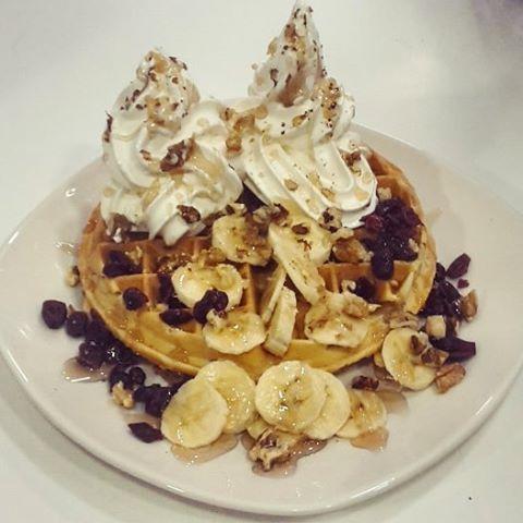 """Βάφλα """"μελένια"""" με cranberries, φρέσκια μπανάνα, παγωμένο γιαούρτι, καρύδι και φυσικά μέλι! Ιδανική για υγιεινό πρωινό ή όπως λέμε στο χωριό μου brunch! 🐝 #sweetstory #glikiaistoria #sweet #oldfaliron #palaiofaliro #icecreamshop #homemade #handmade #waffles #frozenyogurt #banana #cranberries #breakfast #brunch #honey"""