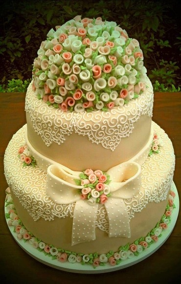 Very Pretty Lace & Flower Cake