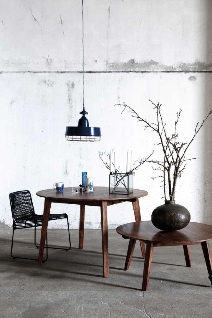 Sisustus - ruokailutila - kaksi pöytää ja koristeet