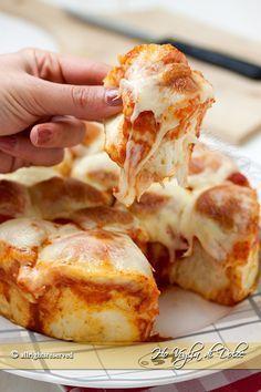 Danubio pizza morbidissimo una ricetta facile che piace a tutti. Soffici palline di pasta brioche ripiene al gusto pizza con mozzarella e pomodoro.