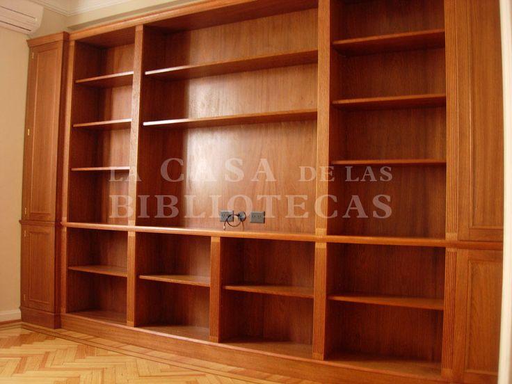 Biblioteca en madera con puertas, molduras clasicas para TV
