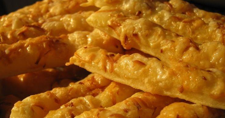 Ez a bevált sajtos rúd recept Anyától származik: nagyon szeretjük, mert ugyanolyan finom, ropogós marad napokkal később is, mint amilyen fri...