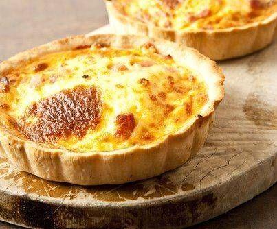 Heerlijke Quiche lorraine! Aanpassingen: kaas:gruyère! 5 plakjes hartige taart deeg! 100 cl creme fraiche en 100 cl Boursin light! Weinig extrazout toevoegen!!!