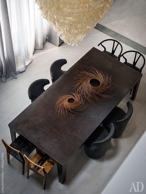 Вид на зону столовой сантресоли. Кресла антрацитового цвета, B&B Italia; стульяY, дизайнер Ханс Вегнер; деревянные стулья, Piet Hein Eek; корзинки настоле, Annalisa Cocco.