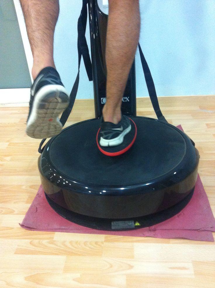 Ejercicio de propiocepcion para tobillo en plataforma vibratoria.