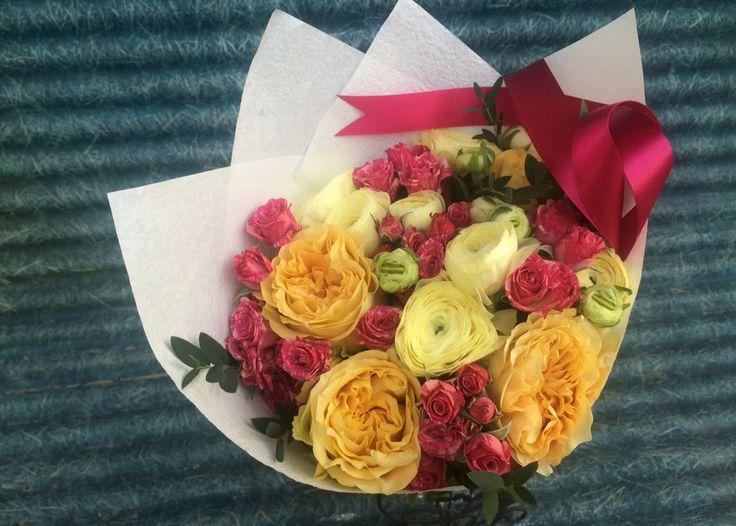 Букет из жёлтых лютиков, пионовидной розы и спрей розочки