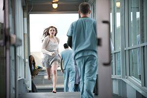 R.J. Cutlerin ohjaamassa elokuvassa Jos vielä jään 17-vuotias Mia (Chloë Grace Moretz) juuttuu elämän ja kuoleman väliin. (KLIKKAA KUVA niin pääset juttuun!)