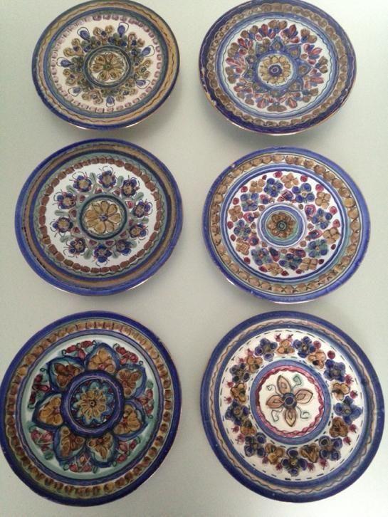 6 borden van dok de olde kruyk uit milsbeek, de borden zijn handbeschilderd (limburgs bont) majolica, met goudaccenten, gesigneerd en in heel mooie staat en hebben een diameter van 23 á 24 cm.