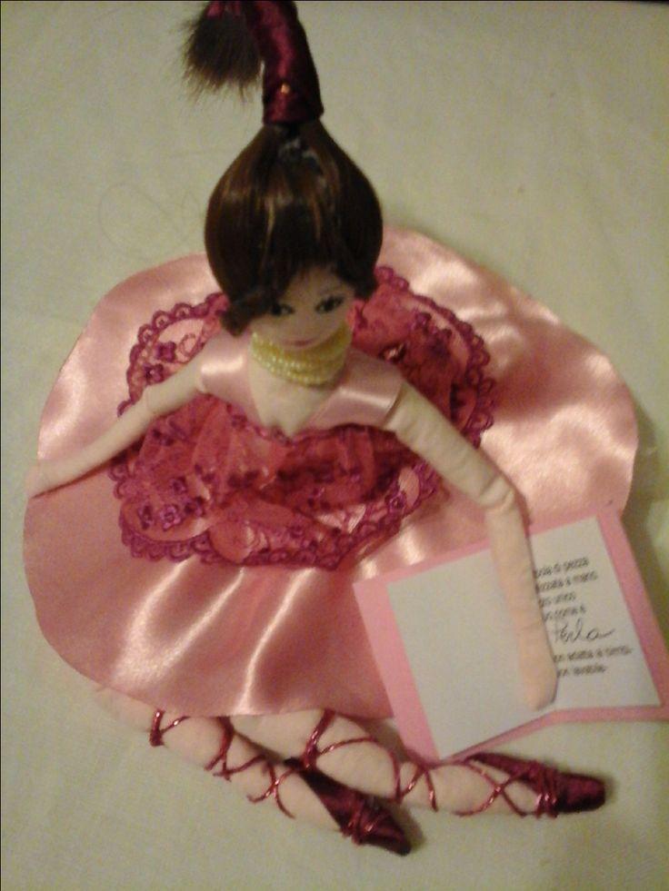 doll collection Perla Bambola di stoffa o di pezza(rag doll) cucita e dipinta a mano alta 15-16cm seduta vestita di nastri seta e raso, bomboniera con portaconfetti sotto la gonna realizzata pezzo unico
