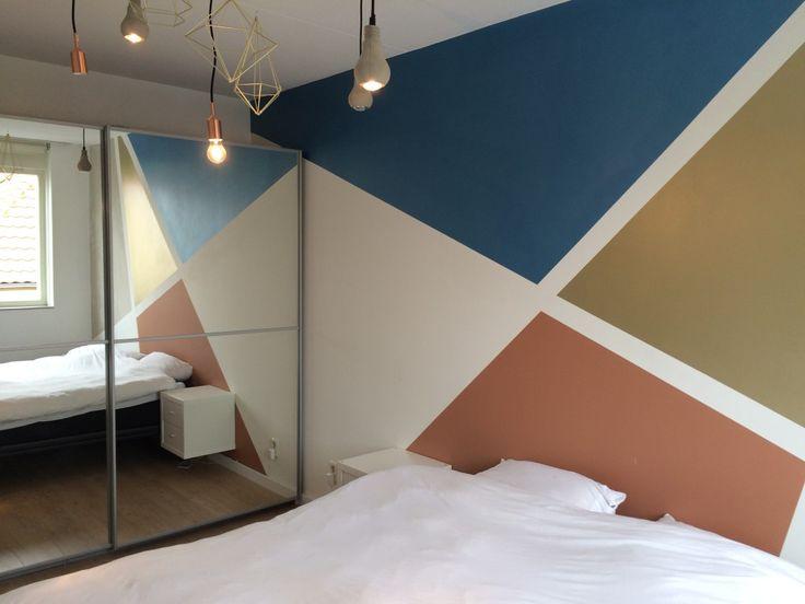 Vormen schilderen op de muur Miranda Maakt het Mooi is gespecialiseerd in het schilderen van vlakken en vormen op de muur. Zowel geometrische vormen als organische vormen. Het hoeft niet puur abstract te zijn. Ook figuratieve vormen zoals symbolen, tekens en mandala's behoren tot mogelijkheden. De juiste kleuren, een strakke afwerking en kennis van materialen en de beste werkwijze zijn hierbij erg belangrijk. Door mijn ervaring, sterkekleurgevoel, precisie en vastehand weet ik een strak...