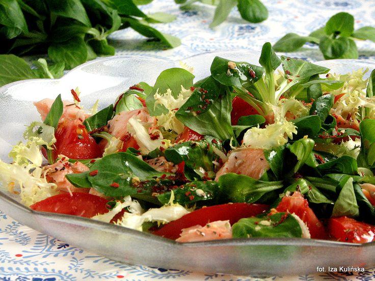 Smaczna Pyza: Sałatka z łososiem i pomidorami