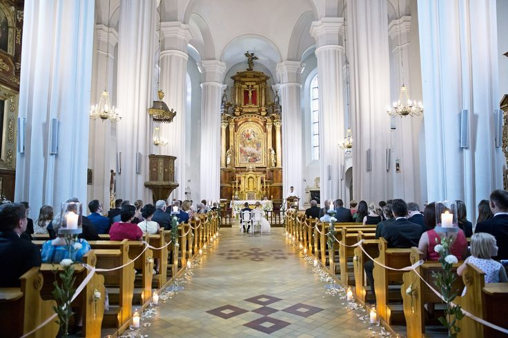flowers church for the wedding / fot. Wedding Tales