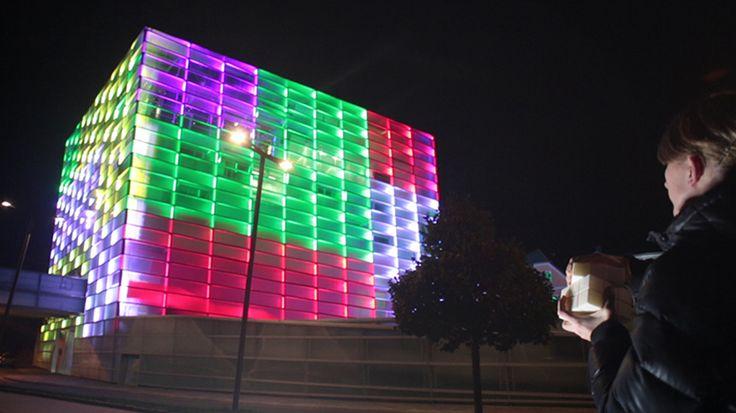 Сграда светеща като кубчето на Рубик