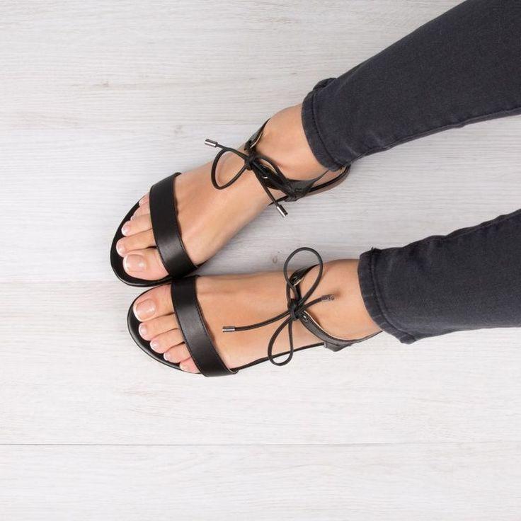 Me encantan estas sandalias flat negras!! El toque del lace-up las hace lindas