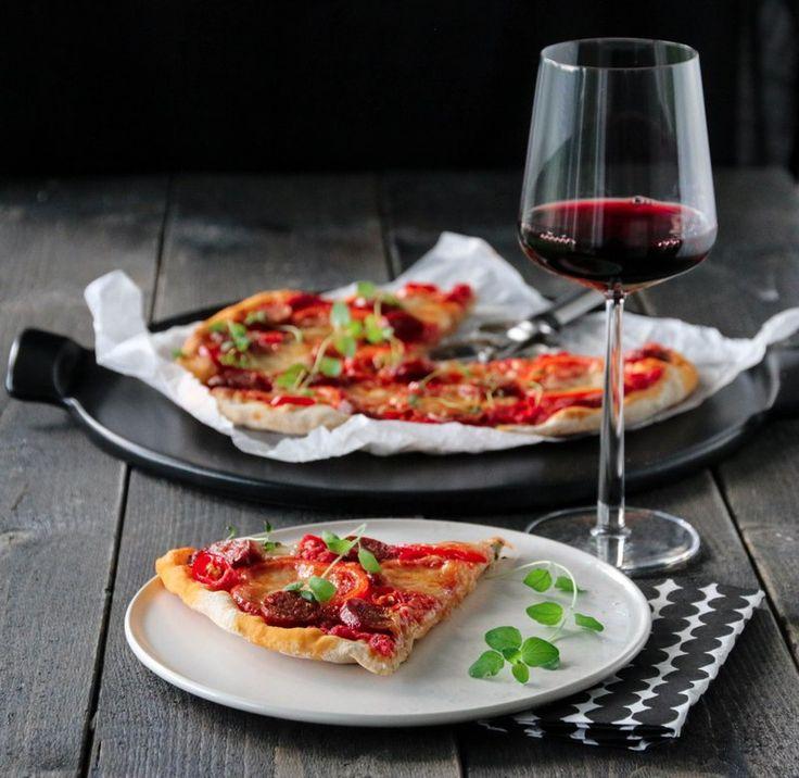 Pizza med chorizo, paprika og chili