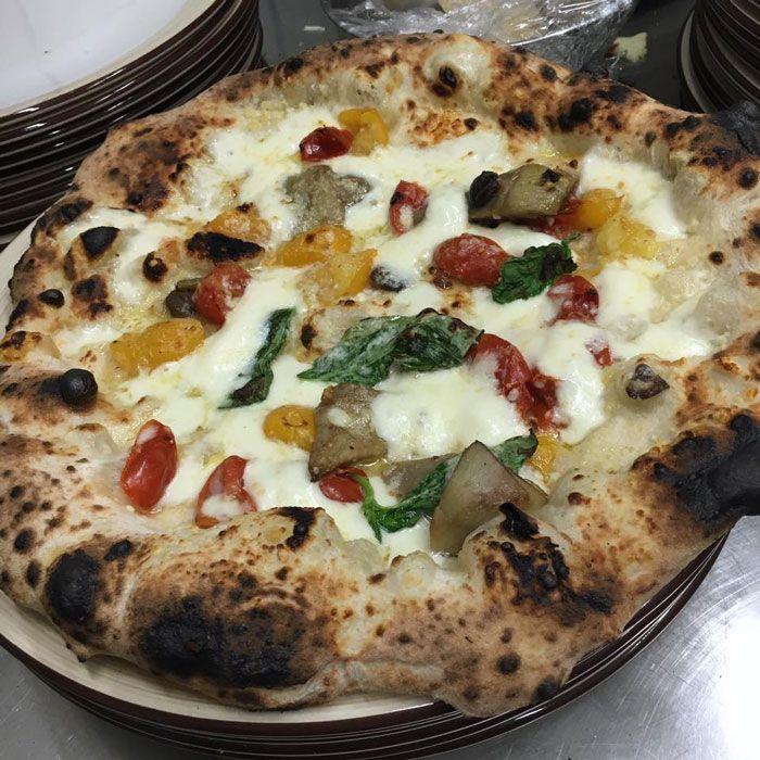 La pizza del sabato? Il tripudio di colori di Diego Vitagliano - Pizzeria 18 Archi - Pozzuoli  http://www.ditestaedigola.com/la-pizza-del-sabato-la-pomodori-rossi-e-gialli-e-carciofini-di-diego-vitagliano/