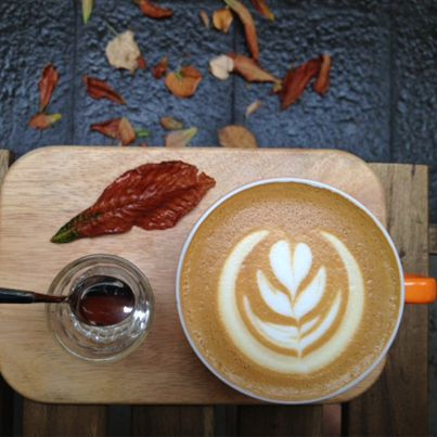 Notes of peanuts and chcocolate in a large latte, wellcoming the cozy days of autumn.