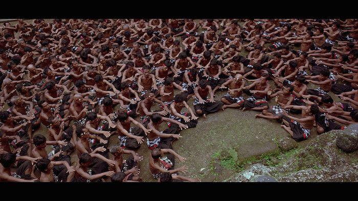Baraka (Ron Fricke, 1992) Baraka es poesía en imágenes. Es una película sin diálogo, narrada con fotografías en movimiento, que muestra escenas cotidianas de distintas partes del mundo: naturaleza, tribus, monjes, danzas, celebraciones, vida urbana, lentitud, velocidad, fábricas, trabajo, pobreza. En una hora y media nos lleva a dar la vuelta por muchas culturas y costumbres del mundo.