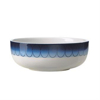 Den vackra Inblue skål 55 cl från Rörstrand är designad av Monica Förster och är en hyllning till Rörstrands långa designhistoria. Det blå mönstret är inspirerat av de två klassikerna Koka Blå och Blå Eld men har fått ett modernare utseende där den karakteristiska blå färgen flyter ut över skålen. En underbar vardagsservis som är fin att kombinera med andra delar från Inblue och Inwhite-serien.