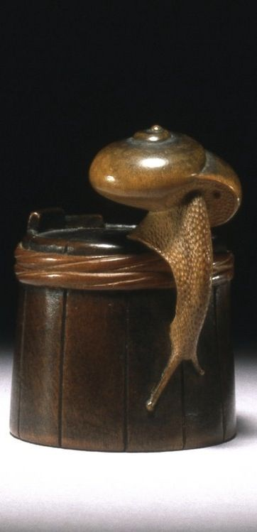 Snail on tub. Japanese netsuke, made of wood, by Shigemasa 重正