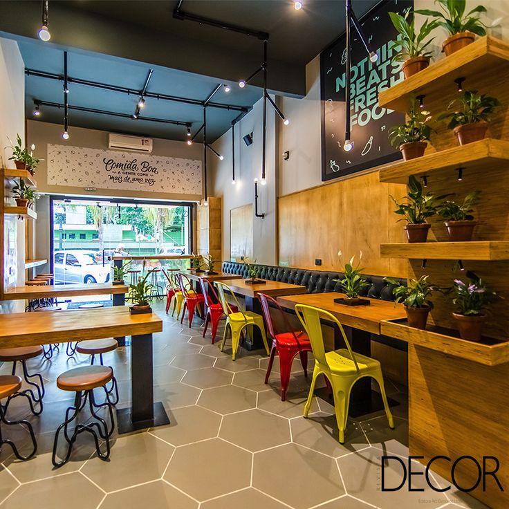 Restaurante Salad Me inaugura sua primeira unidade na capital paranaense. Com projeto de design de interiores e fachada assinados pelo Studio Guilherme Bez, o espaço remete em seu interior às cores, formas e texturas de verduras e legumes.