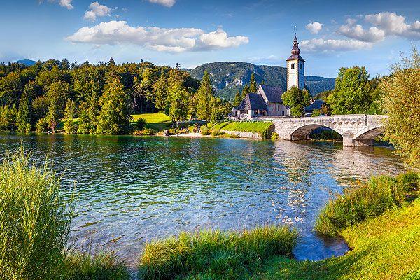 Bohinj az egyik legszebb hely a Júliai-Alpokban és a Triglav Nemzeti Parkban. A természetes szépségű magas hegyek, zöld erdők, gyönyörű hegyi legelők, rétek, történelmi és kulturális emlékek, barátságos falvak, városok, szállodák, éttermek és fogadók mind garantálják a kellemes pihenést az idelátogatók számára.