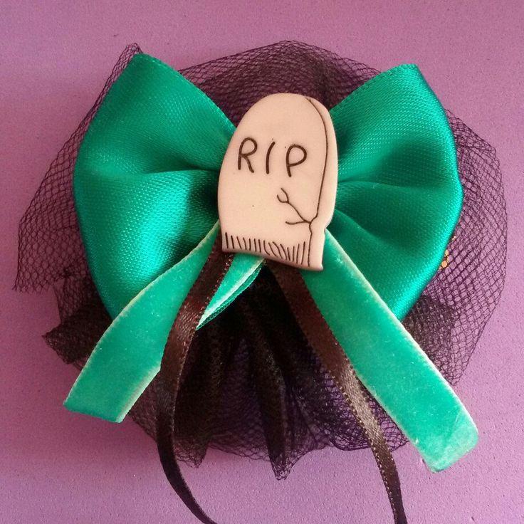 Fermaglio per capelli #handmade #halloween #pinup #rockabilly #gothic #horror #goth #dark #livingdead #hair #hairclip #bow #graveyard #rip #dead #31october #samhain #ognissanti #tombstone #green #tulle #black #trickortreat #witch #creepynight #skull #13