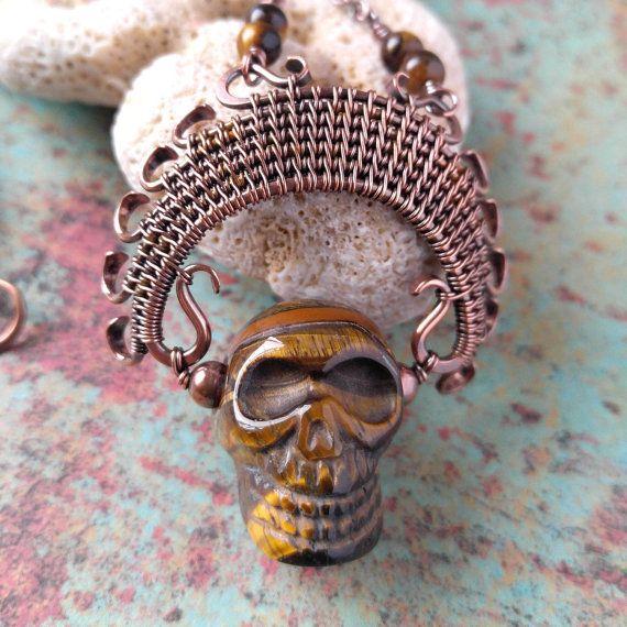 Antepasado ojo de tigre dorado cráneo colgante por Door44Jewelry