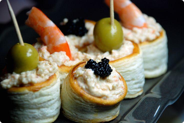 Paté de marisco Ingredientes: 7 palitos de mar 3 quesitos 1 lata de atún 1 chorrito de aceite del atún Preparación: 1.- Batir todos los ingredientes 3 minutos en velocidad 3 ½. 2.- Poner en un cuenco y servir con los biscotes para untar o en voluvanes.