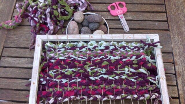 Telar casero para hacer una alfombra de trenzas de for Alfombras buenas