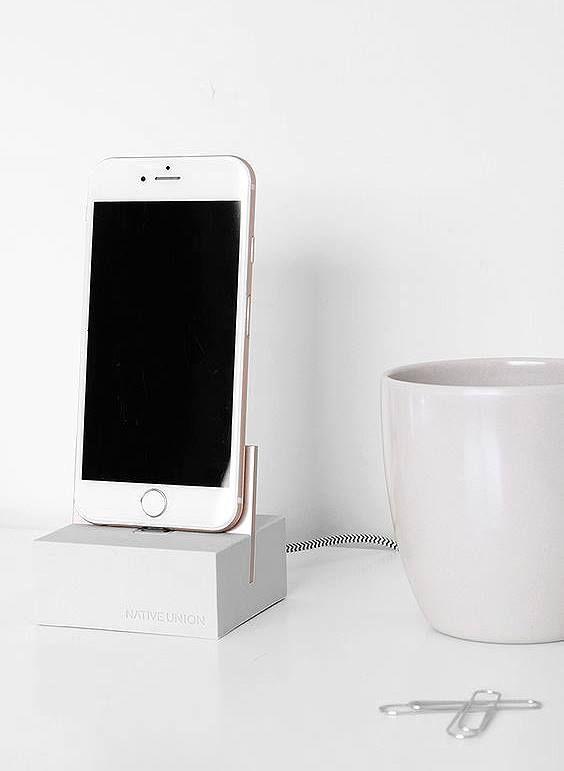 iPhone-Ladestation aus Aluminium, Silikon und Sockel aus Stein. Hier entdecken und shoppen: http://sturbock.me/GAe