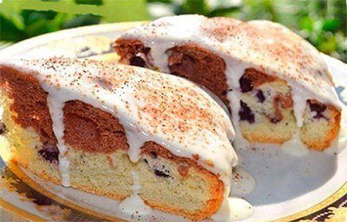 10 обалденно вкусных тортов  Просто РАЙ для сладкоежек!) Забирайте себе на стену чтобы не потерять такое чудо!)  1. Простой тортик  Тесто:  -4 небольших яйца -сахар 130 гр -мука 200 гр -сода (погасить) 1/3 ч л -1 ч л без горки -любые ягоды по вкусу горсть Крем:  -сметана 150 гр -сахар 2-3 ст л.  Яйца взбить с сахаром в очень пышную массу, добавить соду и постепенно муку. 2/3 теста вылить в форму, в остальное тесто добавить какао. Поверх белого теста выложить ягоды, обваленные в муке, и…