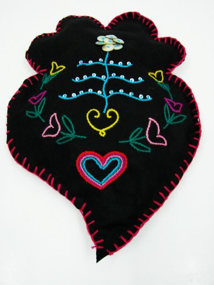 Almofada Coraçao de Viana by Maria Miká bordada à mão com lã de várias cores