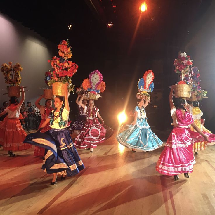 A traditional dance from the state of Oaxaca, Mexico, performed by the Instituto de Danza Mizoc. #mexicanfolklore #dance #oaxaca #colourfuldances #mexico #dancetravels #bailandojourney #danceblog