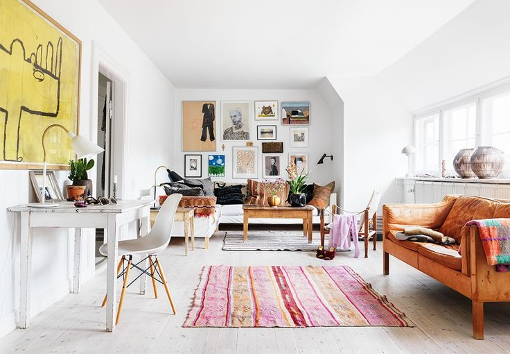 Kom med ind i designer Trine Skollers levende og farverige hjem, hvor balancen mellem uhøjtidelighed og klassisk design er vigtig, og hvor mødet mellem forskellige materialer og stilarter skaber den røde tråd.