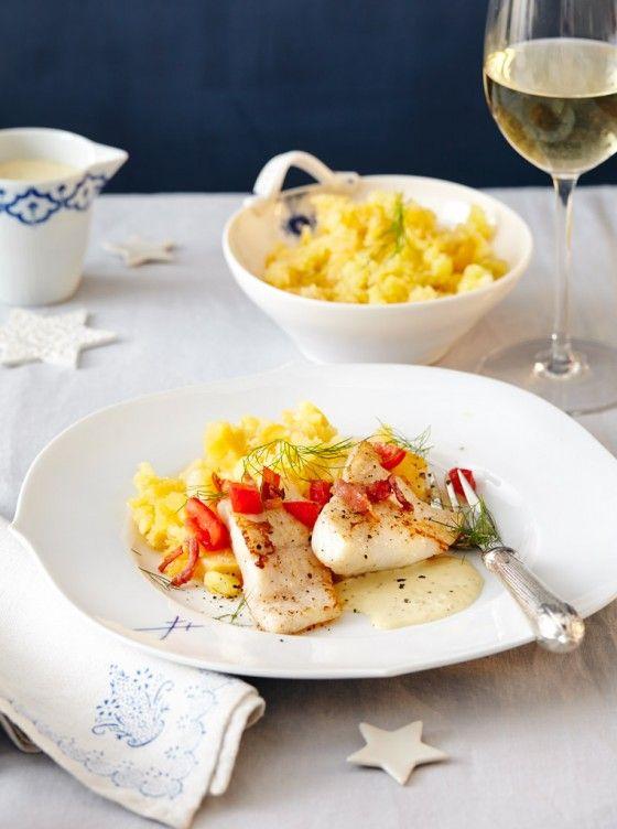 Steinbuttfilets mit Wein-Senf-Sauce: Holsteiner Schinken toppt den edlen Fisch, Sauce und Steckrübenstampf schmeicheln ihm.