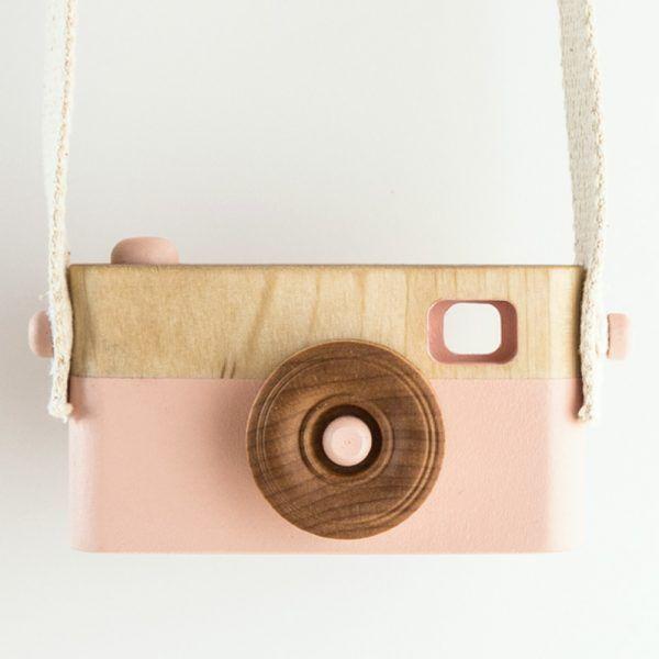De camera heeft een volledig draaibare lens, een indrukbare knop en een prachtige display om je eigen foto's met krijt op te tekenen.