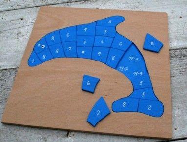 Odčítací delfín vznikl na přání  Zaměřuje se na procvičení obtížného matematického  jevu- odčítání přes desítku. Skládáme puzzle a přitom přiřazujeme výsledky na příklady. Není to zdaleka tak jednoduché, jak by se mohlo zdát, kromě toho, že je potřeba správně vypočítat příklad, je také potřeba rozhodnout, který dílek tvarově bude pasovat na konkrétní místo. Vyrobeno z překližky, namalováno akrylovými barvami, přelakováno. Deska je velikosti  30x30cm. Doporučeno od tří let, obsahuje malé…