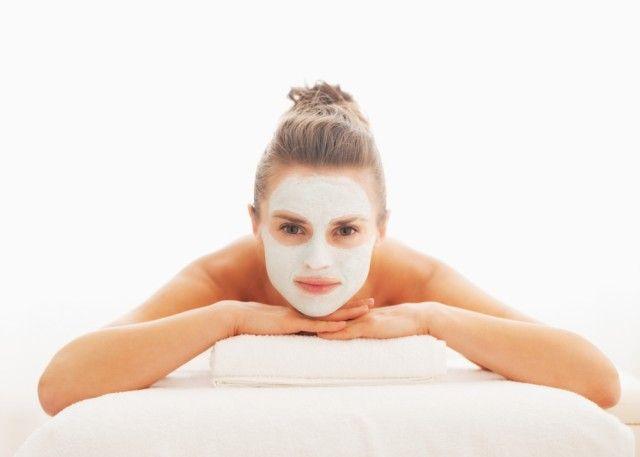 Maschera di bellezza fai da te allo yogurt, miele e olio d'oliva. Tutto in cinque mosse